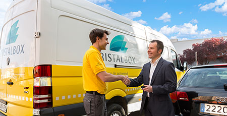 Técnico de Cristalbox recibiendo a un cliente